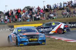 Robb Holland, Rotek Racing en James Cole, United Autosports, raken elkaar