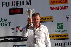 eBay Motors-teambaas Dick Bennetts ontvangt de teamtrofee
