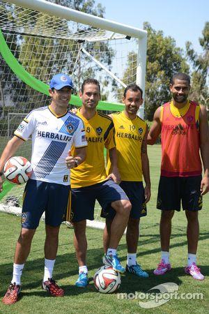 Helio Castroneves avec les joueurs de LA Galaxy pendant un entraînement