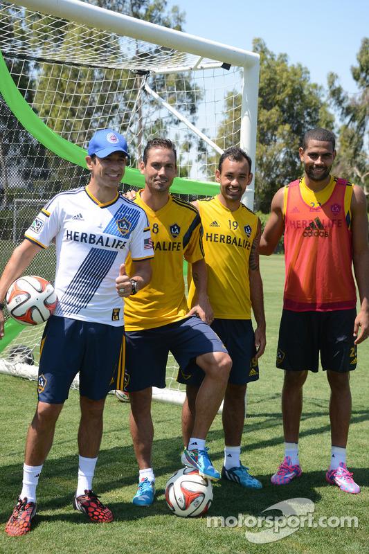 Helio Castroneves con i giocatori LA Galaxy durante le prove