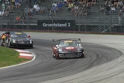 Ryan Dalziel, 保时捷 911 GT3,和Johnny O'Connell, 凯迪拉克CTS-V.R,争夺领先位置