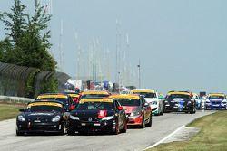 #04 Autometrics Motorsports Porsche Cayman: Adam Isman, Remo Ruscitti ; #93 HART Honda Civic SI: Chad Gilsinger, Michael Valiante : A la lutte dans le premier virage de la course