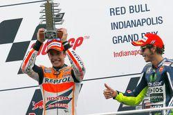 Pódio: vencedor da corrida Marc Marquez, o terceiro lugar Valentino Rossi