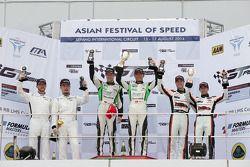 亚洲GT赛雪邦第一回合领奖台:戴维德·里佐,刘旭,斯提反·穆克,余啸峰,罗伯·贝尔,滨口弘