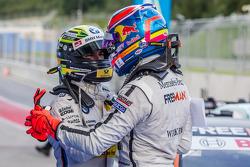 Pole position Robert Wickens, HWA DTM Mercedes AMG C-Coupé heureux avec Timo Glock, BMW Team MTEK BM