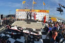 Il vincitore della gara Will Power, al secondo posto Juan Pablo Montoya e al terzo posto Tony Kanaan