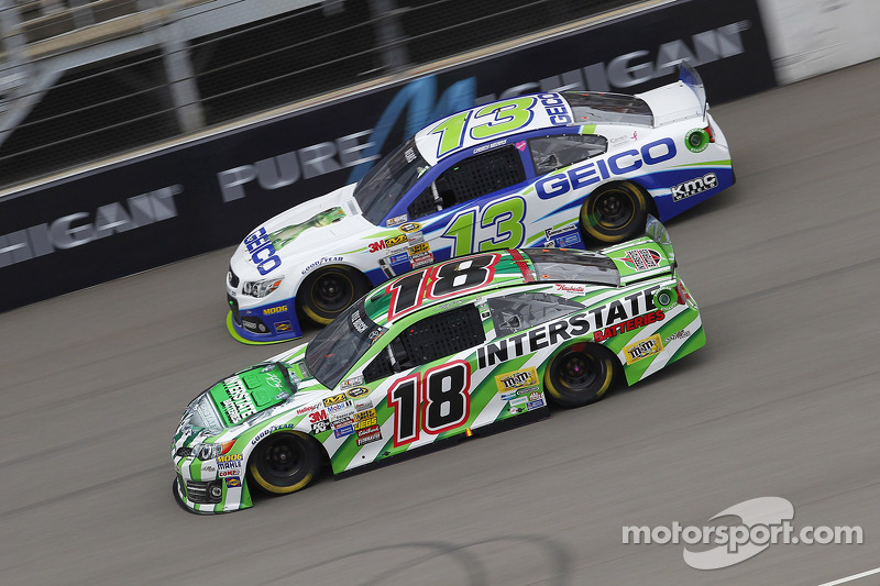 Casey Mears, Germain Racing Ford et Kyle Busch, Joe Gibbs Racing Toyota