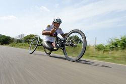 Alex Zanardi se prepara para competir no triatlo de longa distância, que acontecerá em outubro, no H