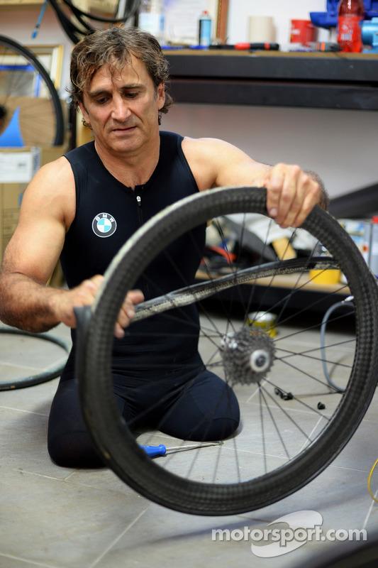 Алекс Дзанарди готовится к триатлону на Гавайях в октябре 2014 года
