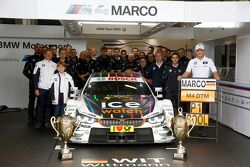 Vincitore Marco Wittmann, BMW Team RMG BMW M4 DTM con il suo Team
