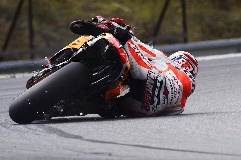 Marc Márquez, del equipo Repsol Honda casi pierde la moto