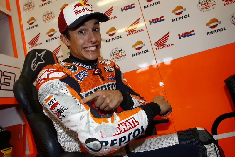 Marc Márquez, del equipo Repsol Honda muestra el traje raspado después de casi caer