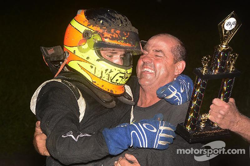 Isaac Schreurs celebra en línea de la victoria con su padre y equipo