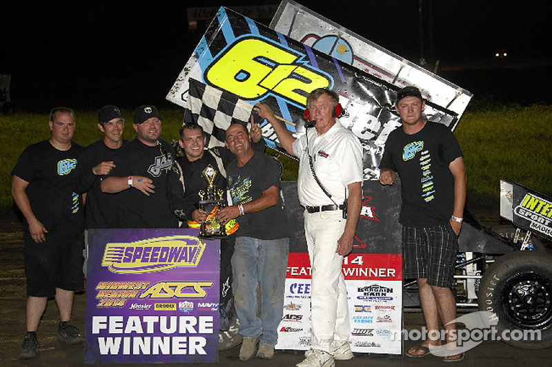 Isaac Schreurs festeggia nella victory lane con il padre e la squadra