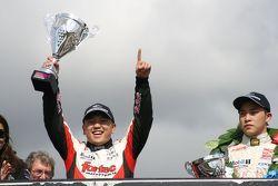 Yarış galibi Martin Cao