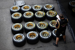 Lotus F1 Team, Mechaniker mit Pirelli-Reifen