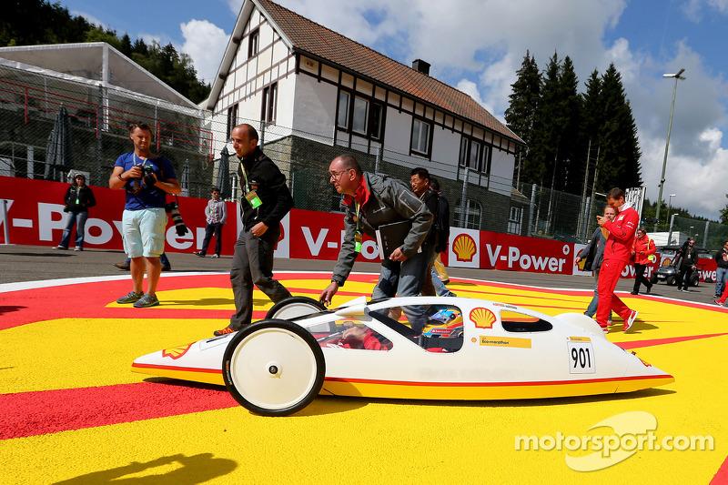 Fernando Alonso, Scuderia Ferrari conduce el Shell Eco Marathon