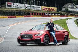 Sebastian Vettel met de Infiniti Q50 Eau Rouge
