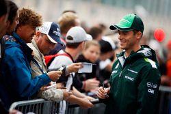 Andre Lotterer, Caterham F1 Team, schreibt Autogramme