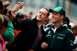 Andre Lotterer, Caterham F1 Team firma autografi per i fan
