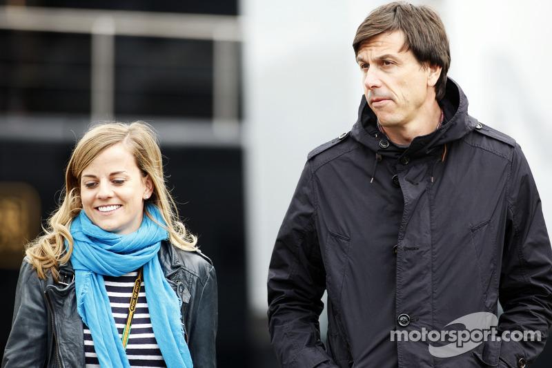 (Esquerda para direita): Susie Wolff, piloto de desenvolvimento da Williams, com Toto Wolff, sócio e diretor executivo da Mercedes AMG F1
