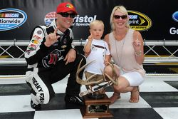 Pole position Kevin Harvick, Stewart-Haas Racing Chevrolet avec son épouse DeLana et son fils Keelan
