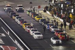 De auto's staan klaar in de pitstraat