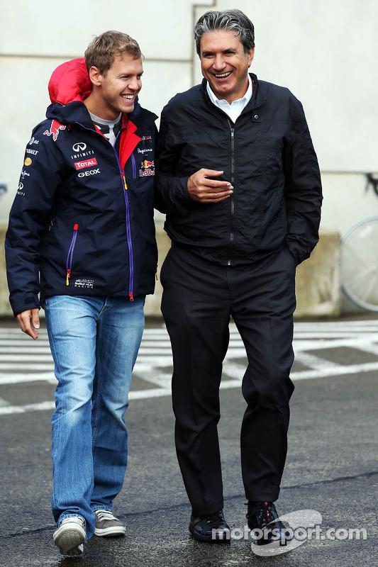 (Esquerda para direita): Sebastian Vettel, Red Bull Racing, com Pasquale Lattuneddu, da FOM