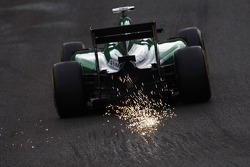 Andre Lotterer, Caterham CT05 sparks through Eau Rouge