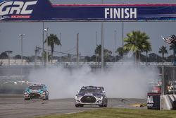 #67 Hyundai / Rhys Millen Racing Hyundai Veloster: Rhys Millen recebe a bandeirada para vencer a últ
