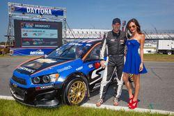 #59 雪佛兰 Sonic Racing / PMR Motorsports 雪佛兰 Sonic: 帕特·莫罗 与红牛赛车女郎
