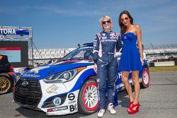 #27 Hyundai / Rhys Millen Racing Hyundai Veloster: Emma Gilmour avec une hôtesse Red Bull