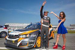 #81 斯巴鲁美国拉力车队 斯巴鲁 WRX STi: 布基·拉塞克和红牛赛道女郎