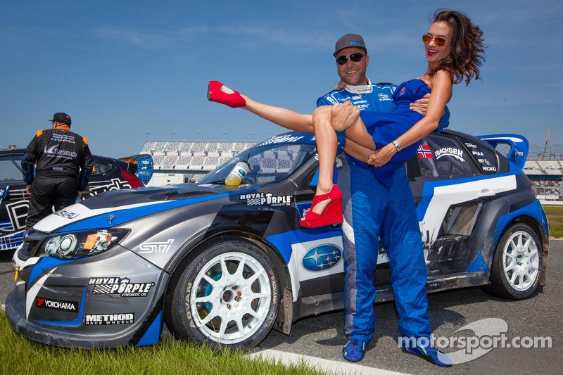 #11 Subaru Rally Team USA Subaru WRX STi: Sverre Isachsen com a Red Bull girl
