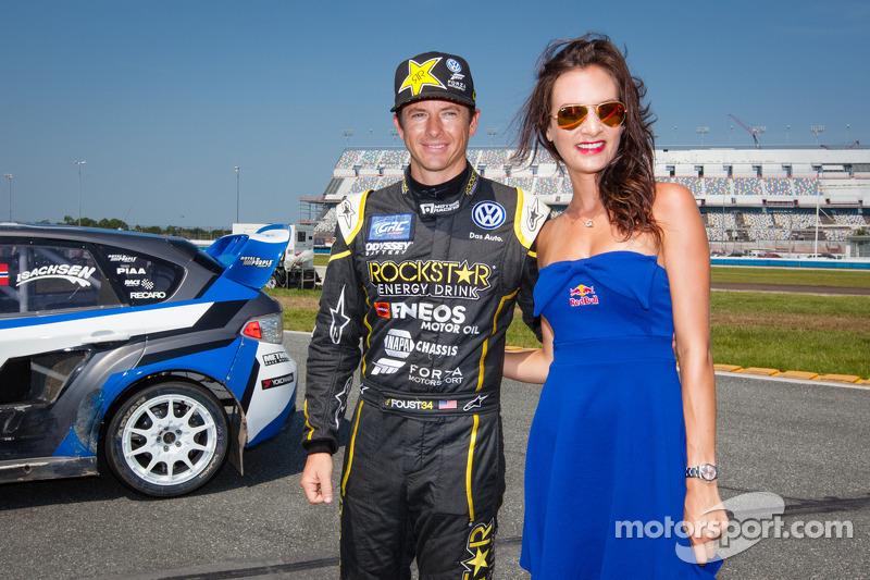 #34 大众 安德雷蒂 Rallycross 大众 Polo: 泰纳·福斯特 与红牛赛车女郎