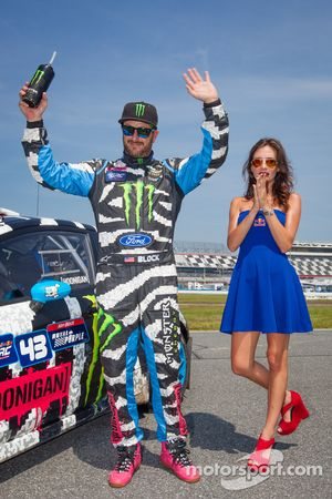 #43 Hoonigan Racing Division 福特嘉年华 ST: 肯·布洛克 与红牛赛道女郎