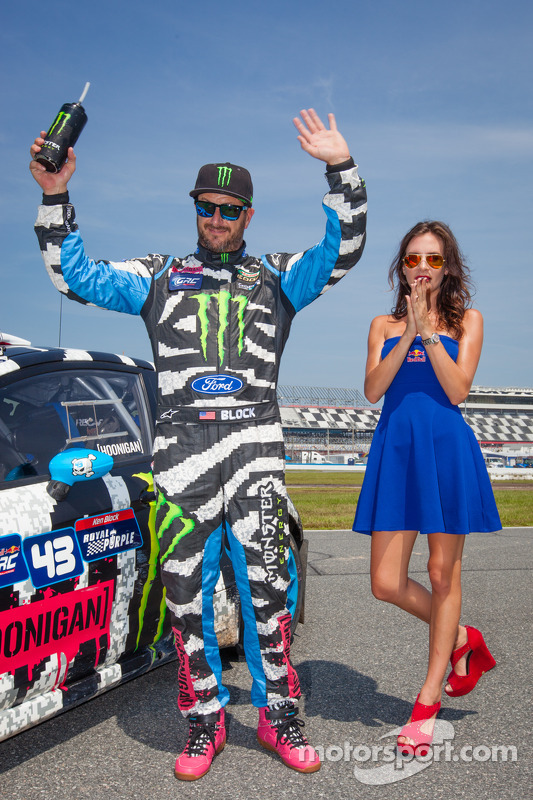 #43 Hoonigan Racing Division Ford Fiesta ST: Ken Block com a Red Bull girl