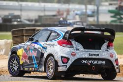 Vencedor corrida #67 Hyundai / Rhys Millen Racing Hyundai Veloster: Rhys Millen celebra