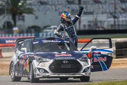 Vainqueur: #67 Hyundai / Rhys Millen Racing Hyundai Veloster: Rhys Millen heureux