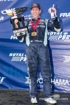 Pódio: Vencedor da corrida # 67 Hyundai / Rhys Millen Racing Hyundai Veloster: Rhys Millen comemora