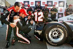 Pole position Will Power, Team Penske Chevrolet félicité par Helio Castroneves