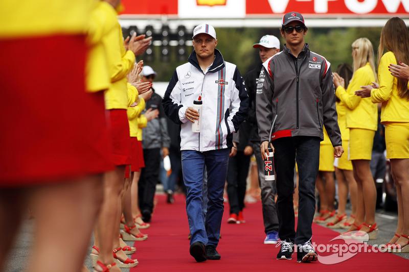 Valtteri Bottas, Williams y Esteban Gutiérrez, Sauber en el desfile de pilotos
