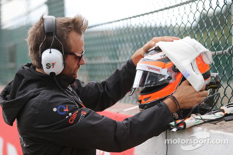Il casco di Nico Hulkenberg, Sahara Force India F1 sulla griglia di partenza
