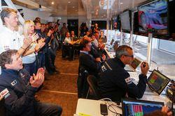 Los miembros del equipo Hyundai Motosport celebrar