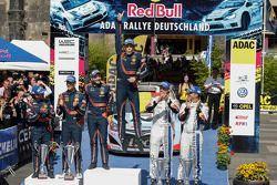 Podio: ganadores Thierry Neuville, Nicolas Gilsoul, segundo lugar Daniel Sordo, Marc Martí, tercer l