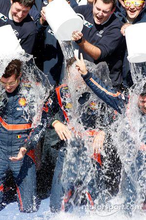 Winnaars Thierry Neuville en Nicolas Gilsoul accepteren de ALS ice bucket challenge