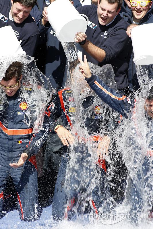 Vincitori Thierry Neuville e Nicolas Gilsoul partecipano all'ALS ice bucket challenge