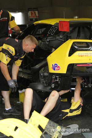 Corvette ekip üyeleri #3 numaralı Corvette'i tamir ediyor