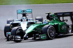 Marcus Ericsson, Caterham F1 Team et Lewis Hamilton, Mercedes AMG F1 Team