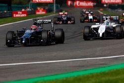 Jenson Button, McLaren MP4-29 y Felipe Massa, Williams FW36 batalla por la posición